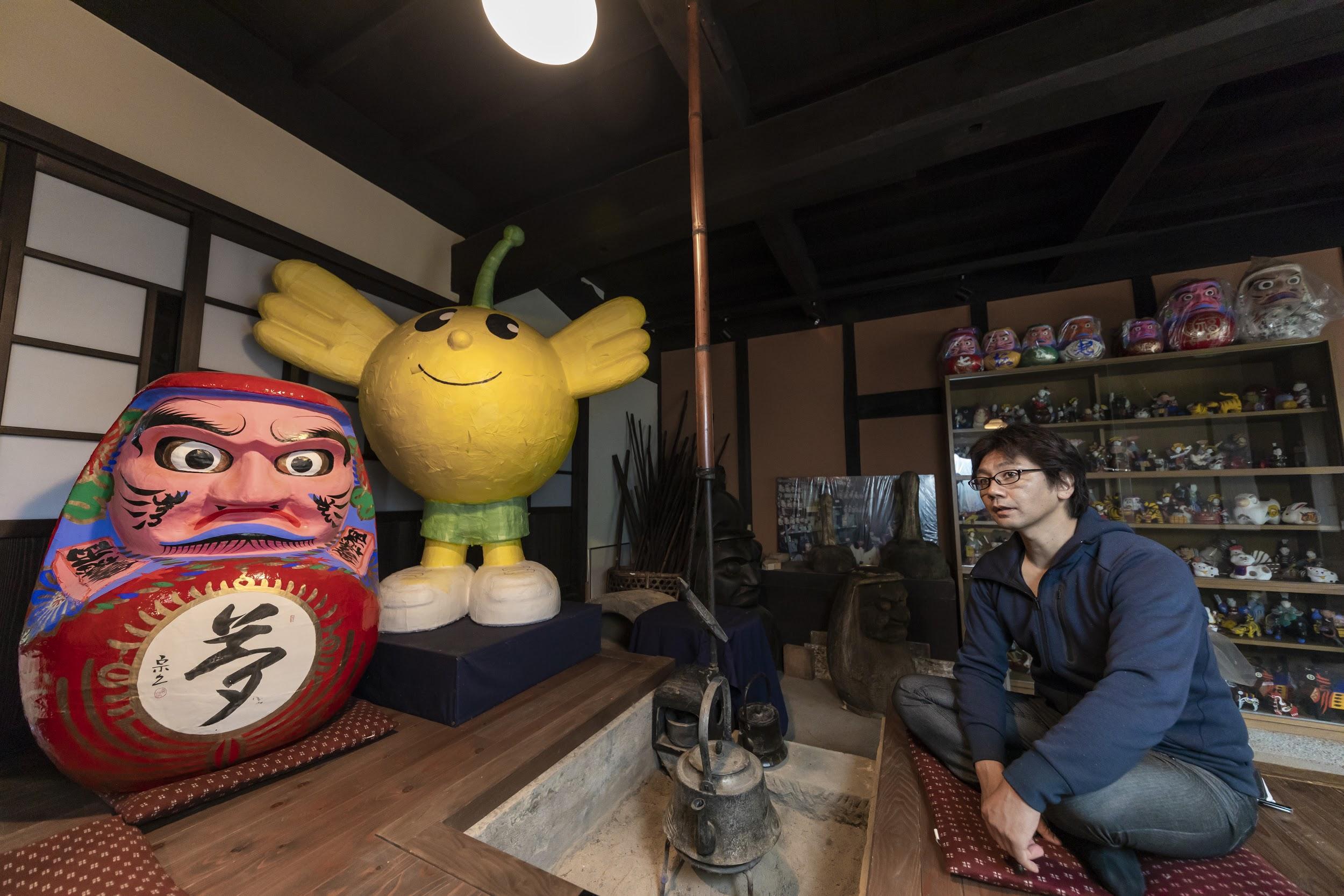 張り子で作成したダルマと福島のご当地キャラ「キビタン」と橋本さん